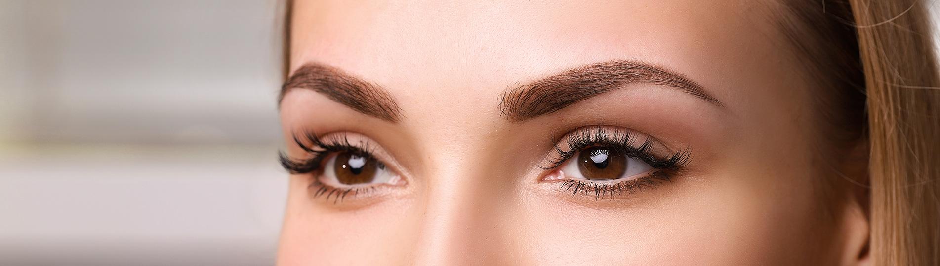la restructuration des sourcils est une technique 100 % naturelle. Effectué uniquement à la pince à épiler, ce soin garantit précision et élégance.